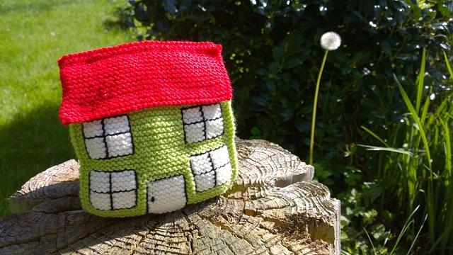 pletený domek, pampeliška, pařez