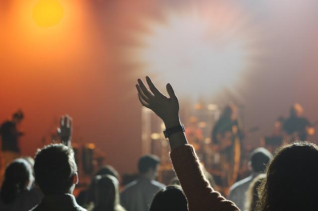 účastnící koncertu