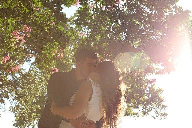 polibek pod stromem.jpg