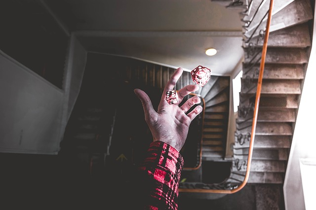 ruka nad schodištěm
